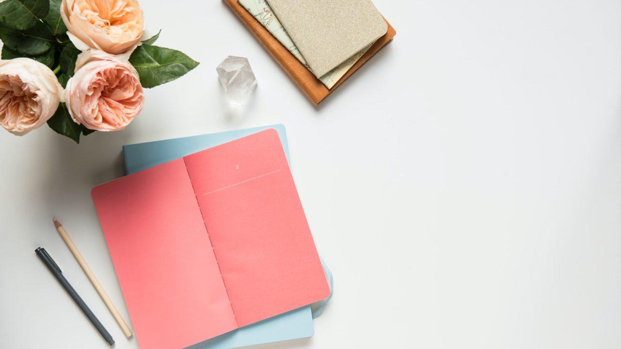 花とピンクのノート