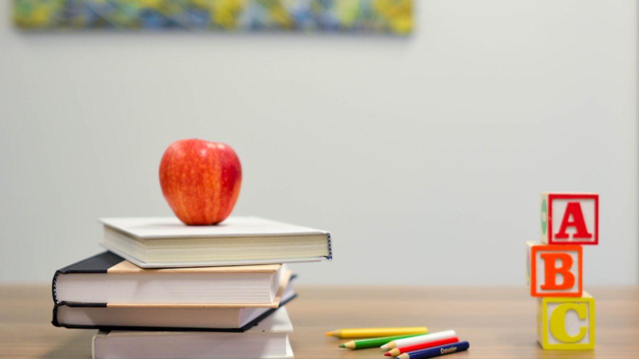 本とリンゴとアルファベットブロック