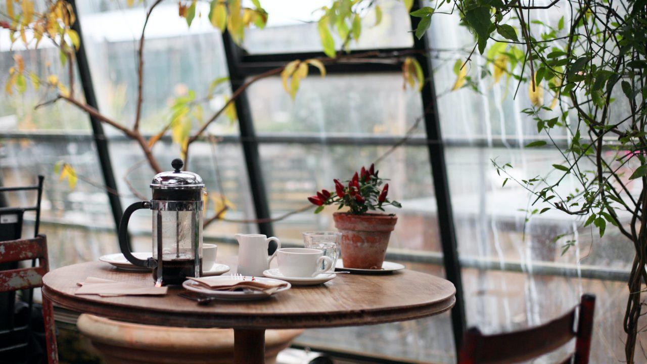 窓際のカフェの席