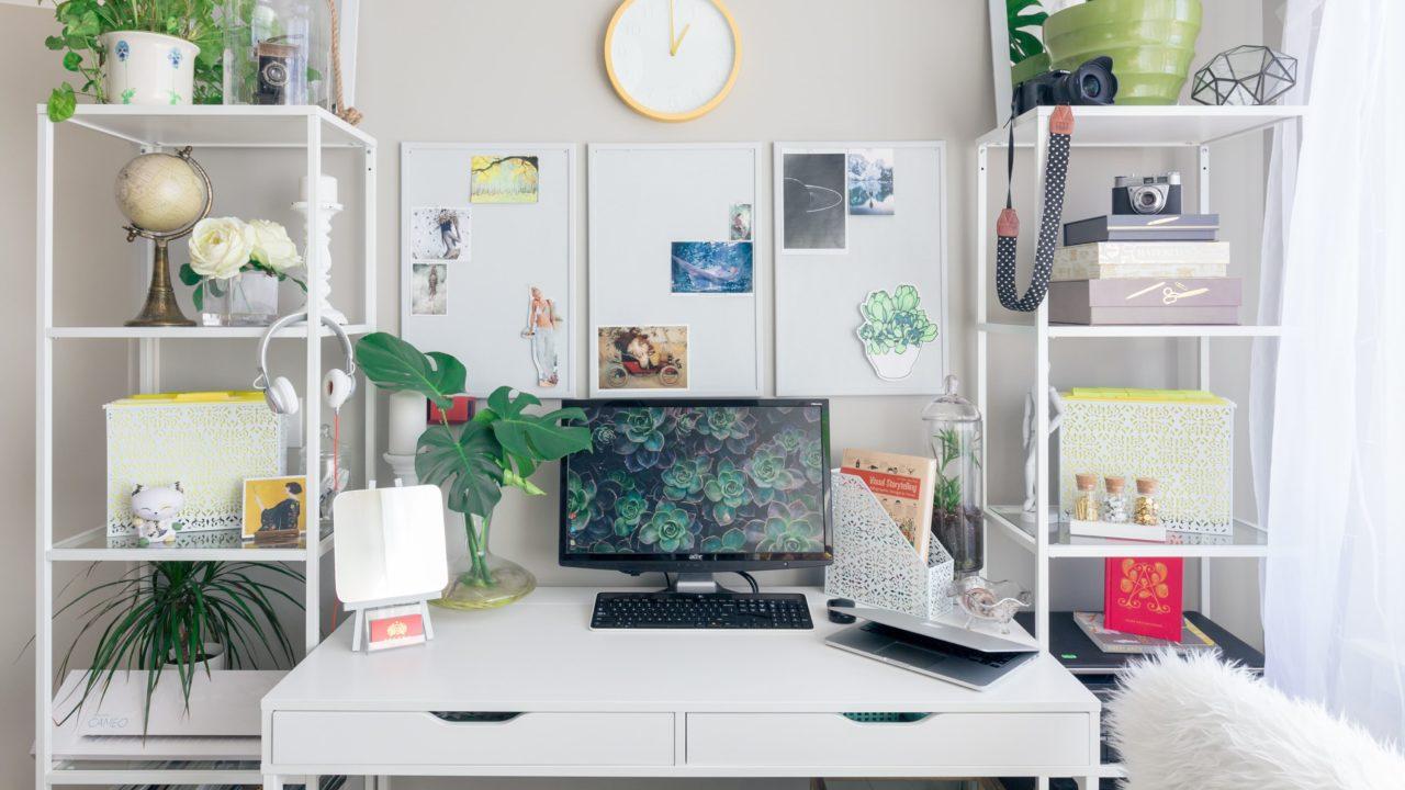 白い部屋の白い机
