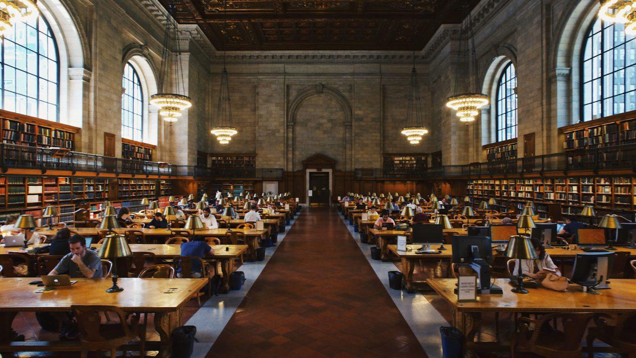 図書館の閲覧スペース