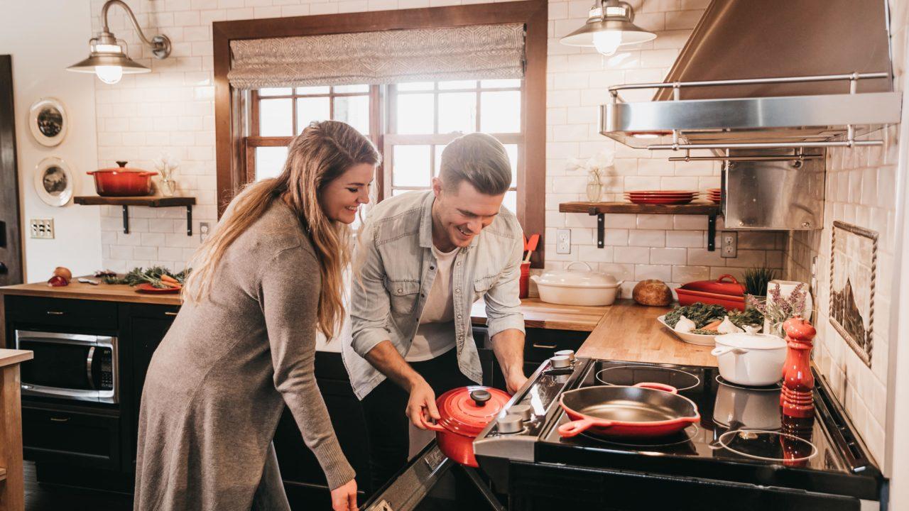 いっしょに料理をしているカップル