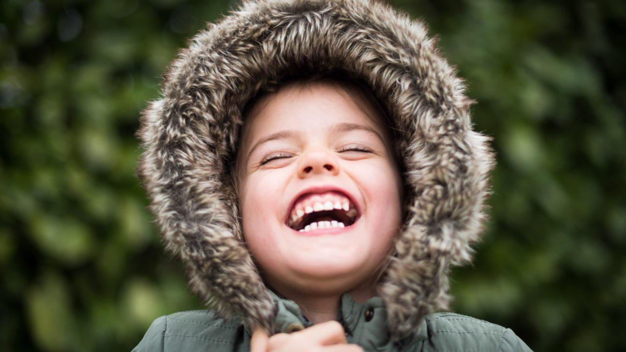 大笑いしている子ども