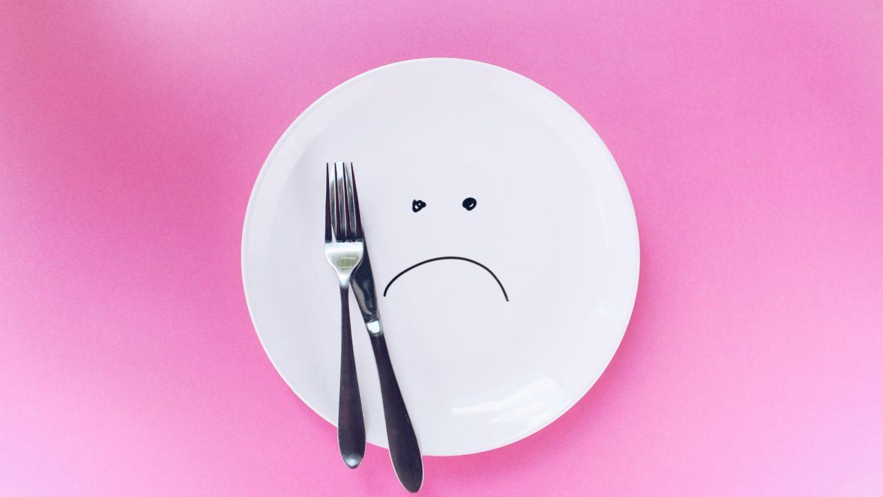 皿にえがいた不機嫌な顔