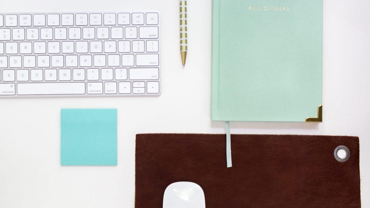 キーボードとミントグリーンのノート
