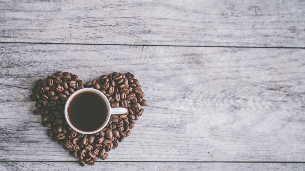 ハートのコーヒー豆とブラックコーヒー