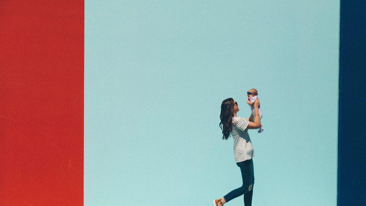 赤ちゃんを連れて歩く女性