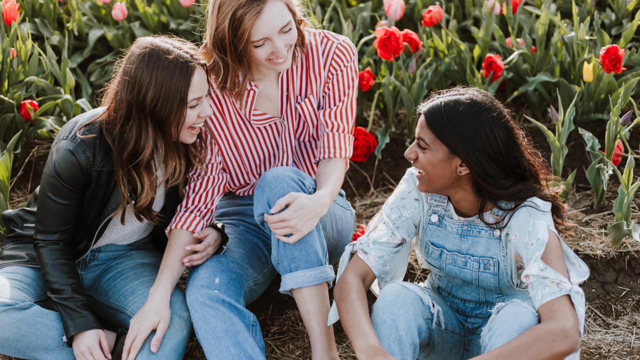 座りながら笑って話す3人の女性