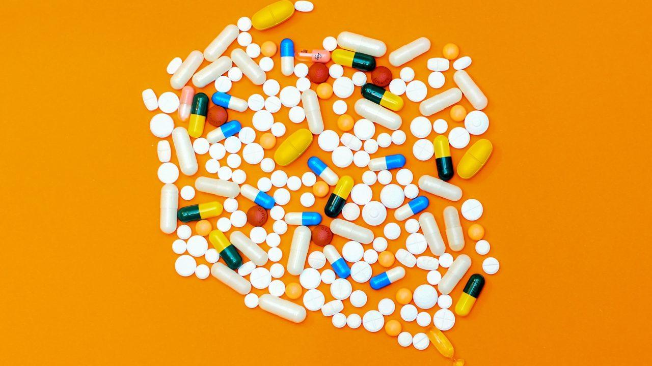 オレンジ色の背景にたくさんの薬