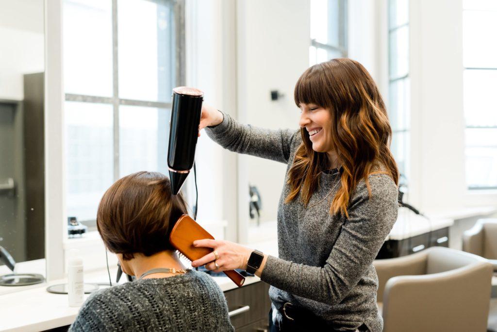 美容室で髪を切った女性