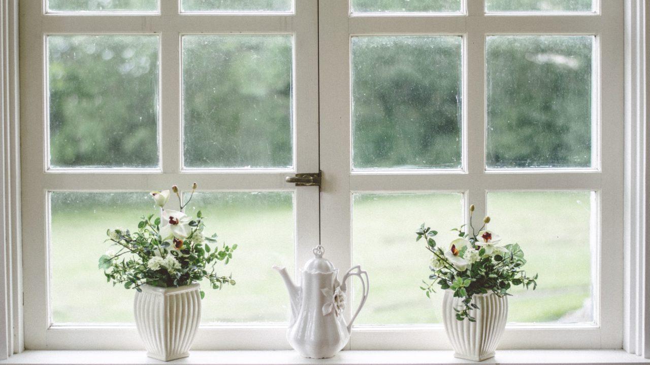 花瓶の置いてある白い窓