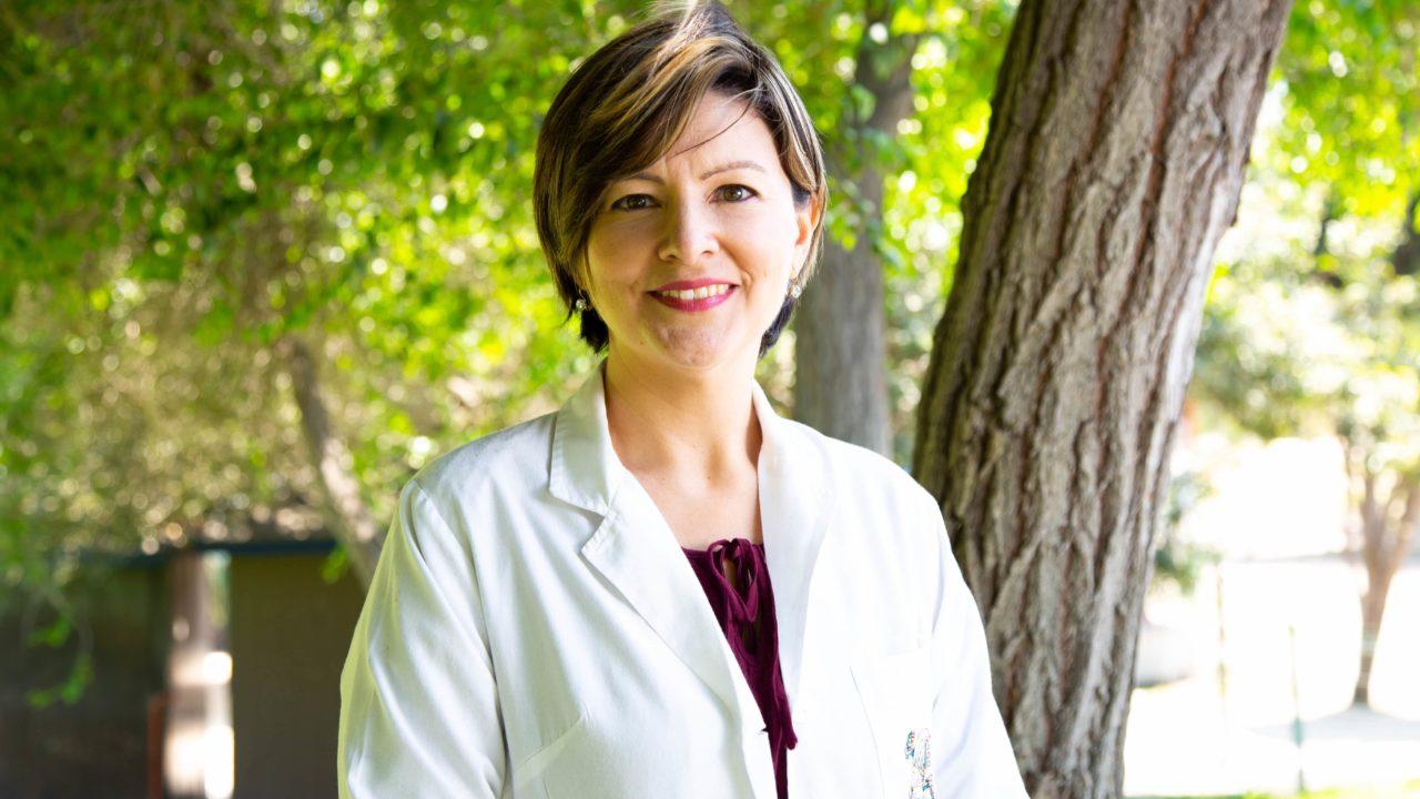 木の前に立つ女医