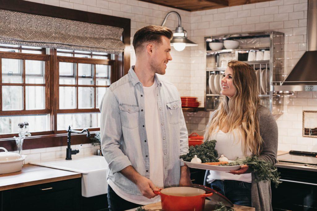 キッチンで笑い合う夫婦