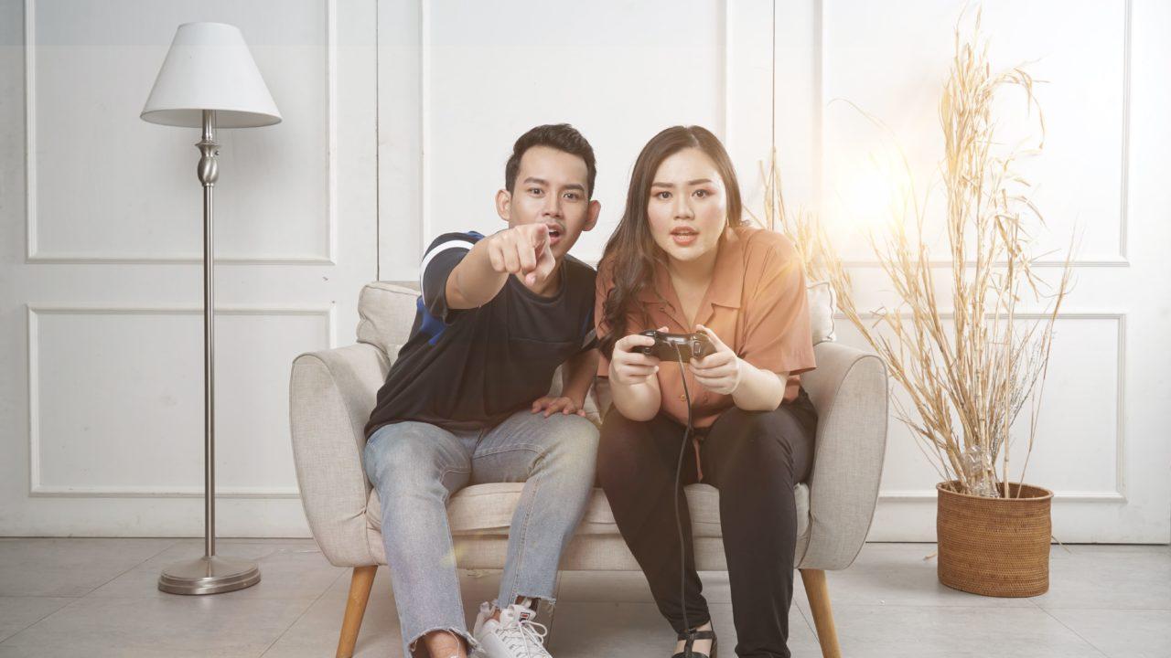 ゲームをしている男女