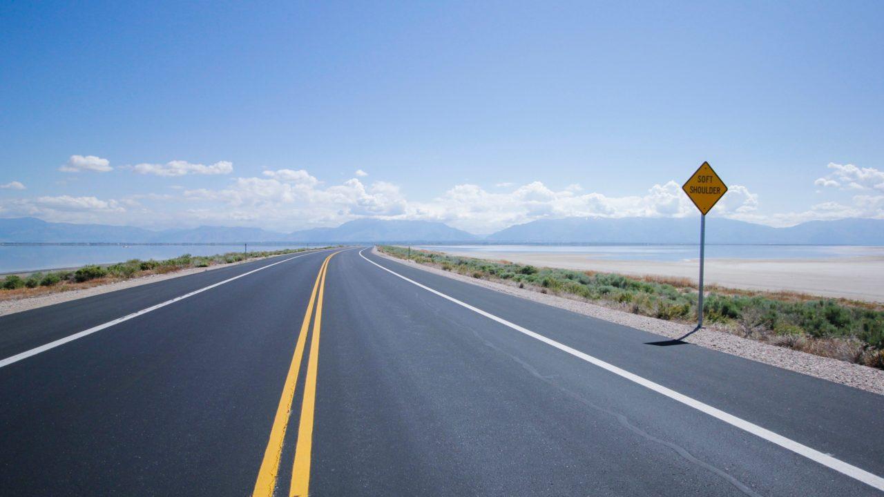 まっすぐ伸びる道路