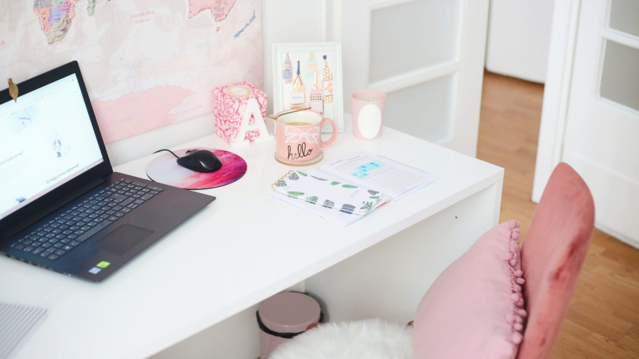 ピンクの部屋とパソコン