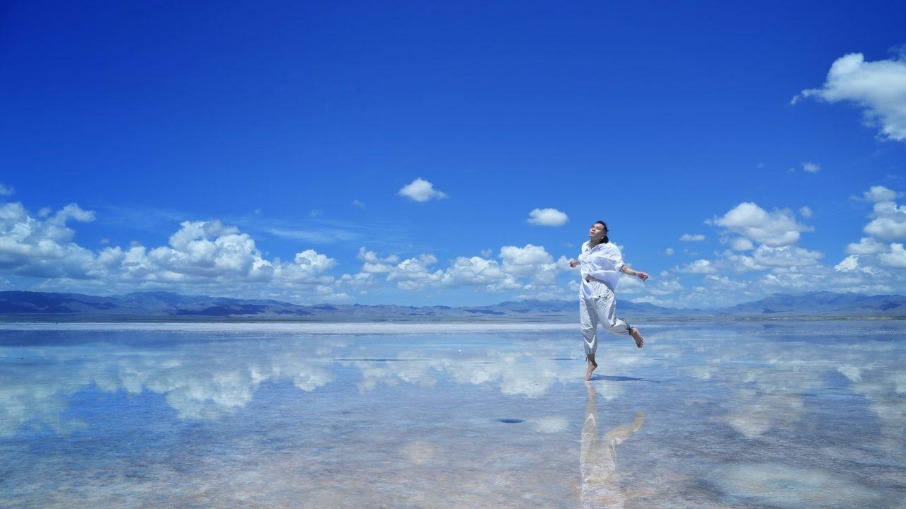 海の上を歩く女性