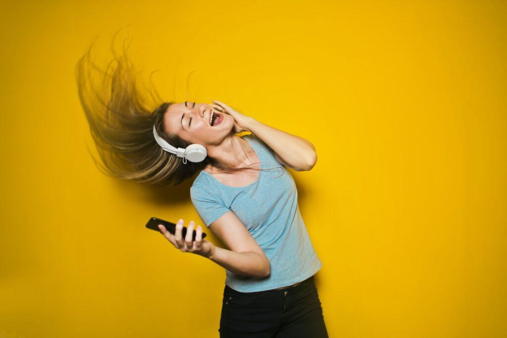 音楽を聴きながら頭を振る女性